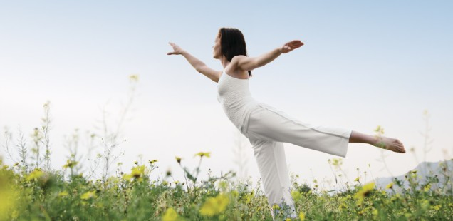 http://happytravelling.org/wp-content/uploads/2016/03/yoga_pose_sunrise-1024x682-636x310.jpg