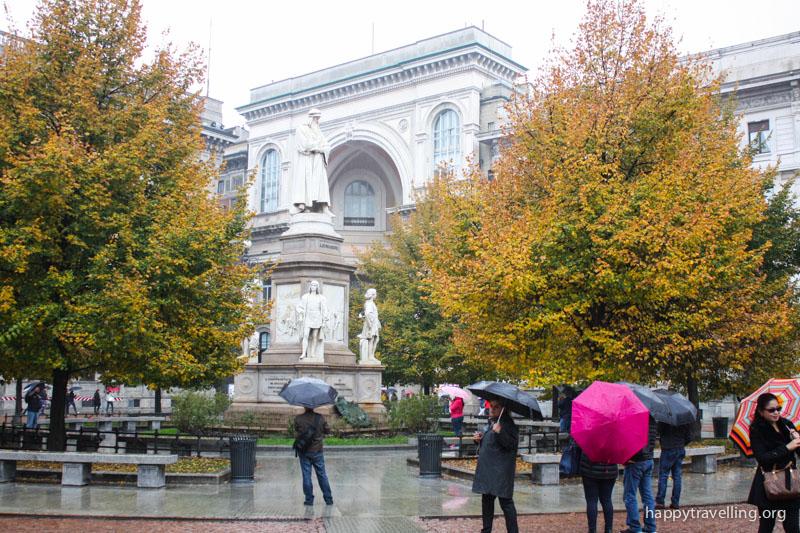 памятник Леонарду да Винчи Милан