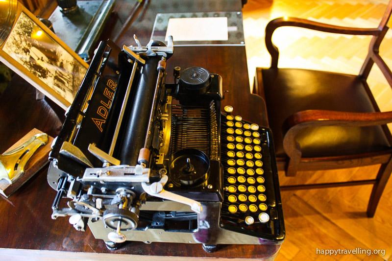 старинная печатная машинка из музея