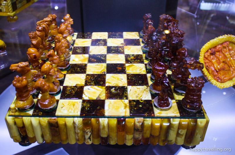 шахматы из янтаря