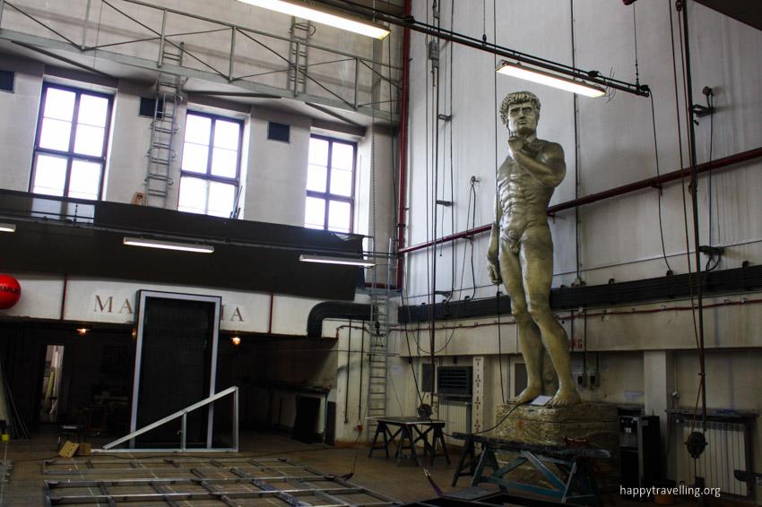 статуя в театре